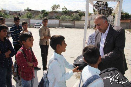 اهداء لوازم تحریر به دانش آموزان مدرسه روستای قلعه محمود